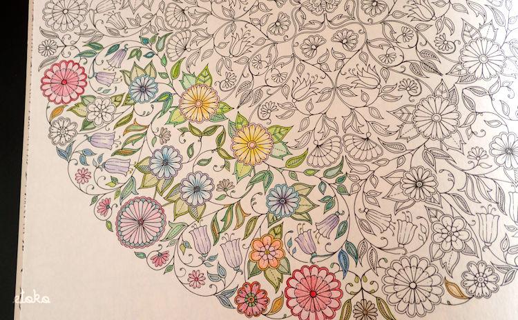 ひみつの花園の初めてのページを塗っている