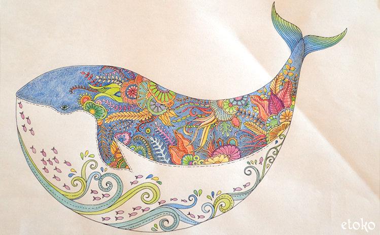 コピー用紙に印刷したクジラの塗り絵を水彩色鉛筆で塗っている
