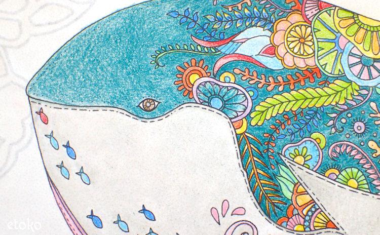 ブルーグリーンで塗ったクジラの頭部のアップ