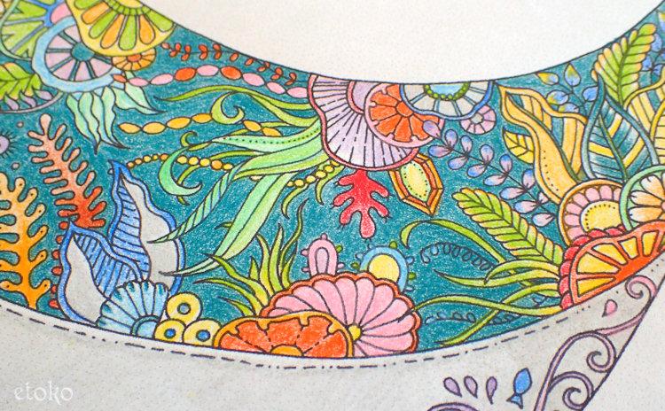海の景色が描かれたクジラの腹部を塗ったアップ