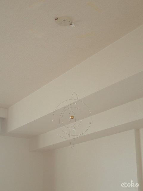 フレンステッドモビール原子型モデルが天井からぶら下がっている