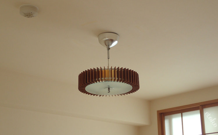 和室の天井に吊るしている照明