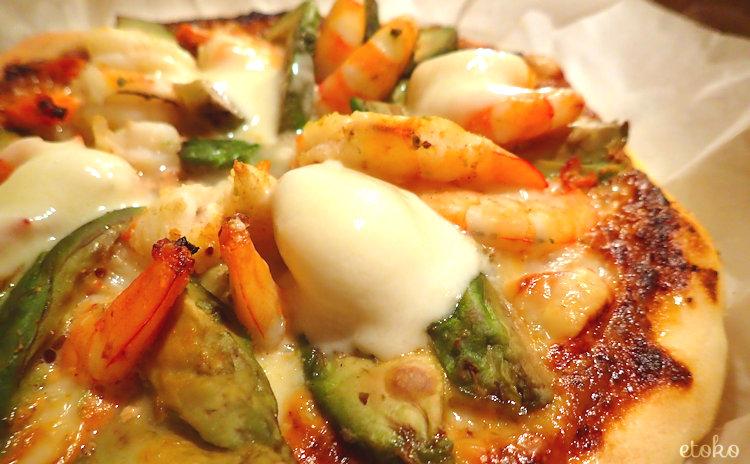 オーロラソースの上にアボカドのスライスとエビをならべ、とろけたモッツアレラチーズをのせた手作りピザ