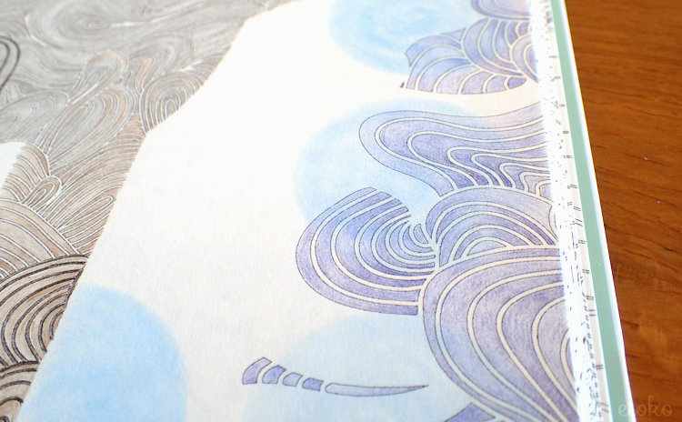 背景の波風の模様の上にカラトで丸を描いている