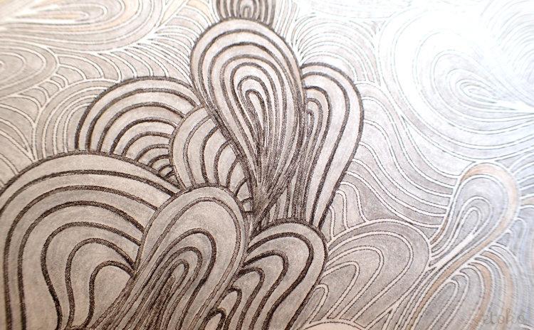 金銀の色鉛筆で塗ったあと、黒の色鉛筆でそばをなぞって色がはじかれているところ