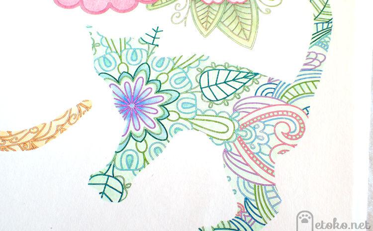 『ねこと花もようの塗り絵ブック』より緑のペンと色鉛筆で塗った猫の塗り絵