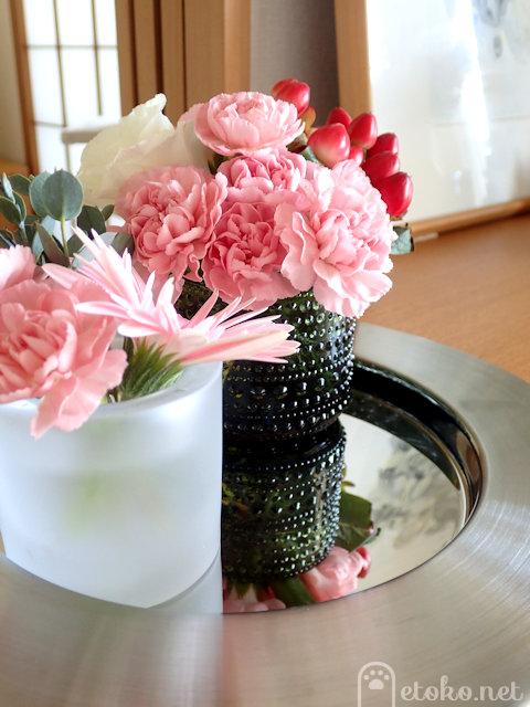 kiviとカステヘルミのキャンドルホルダーにガーベラなど花を活けている