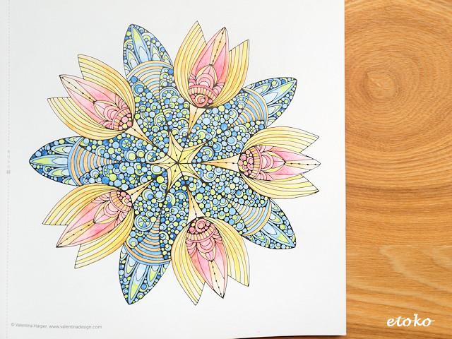 水彩色鉛筆の水ありのみで塗られたマンダラ塗り絵