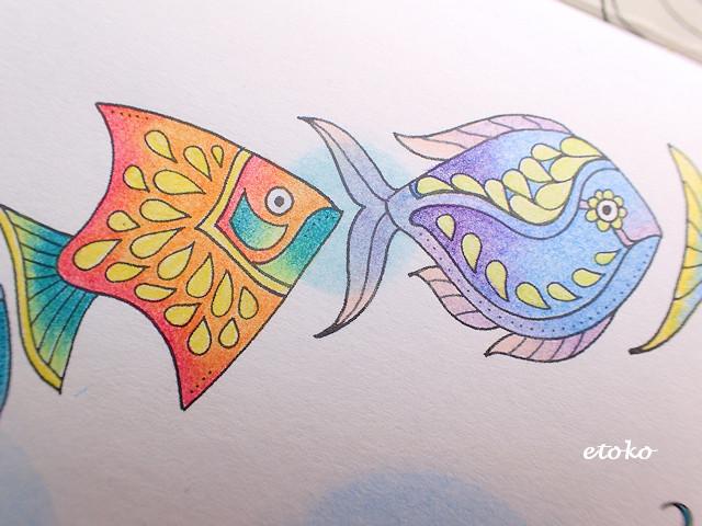 オレンジ系とブルー系の色鉛筆で塗られたお魚