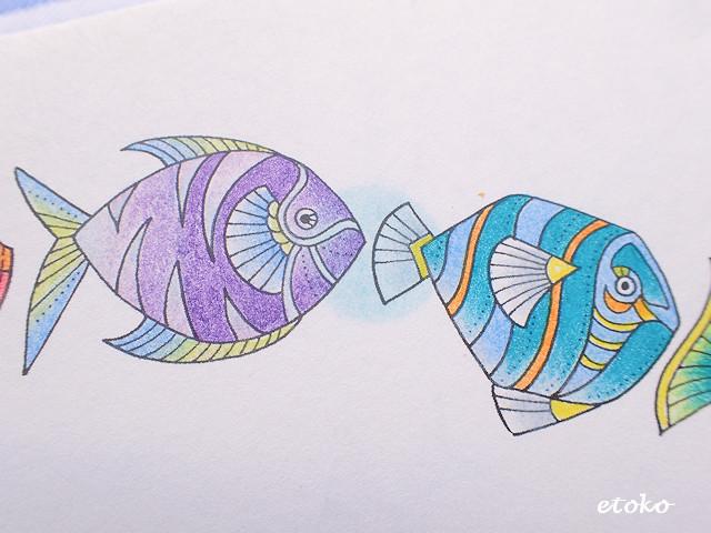 パープル系とプルーグリーン系の色鉛筆で塗られたお魚