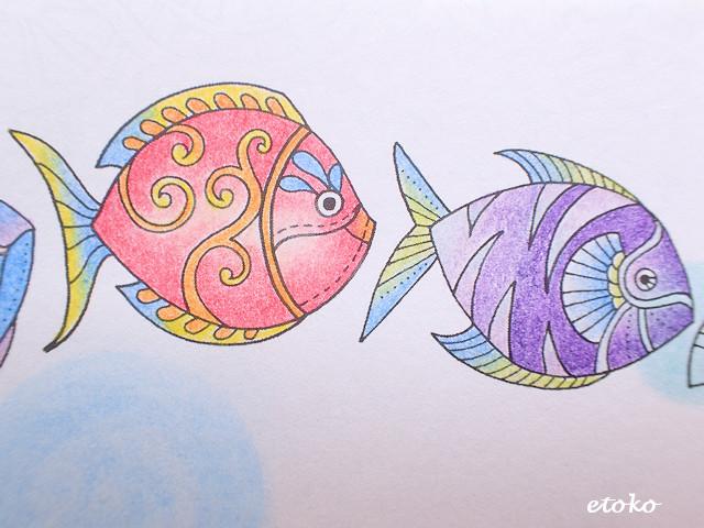桃色メインの色鉛筆で塗られたお魚