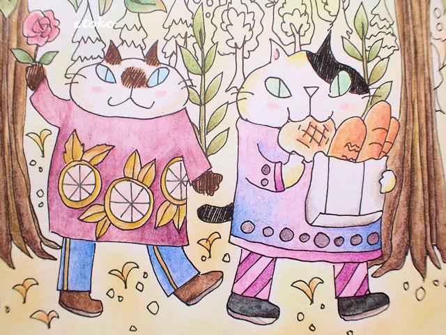 メロンパンを食べ歩きしているブチ猫とバラをかざして歩くシャム風の猫