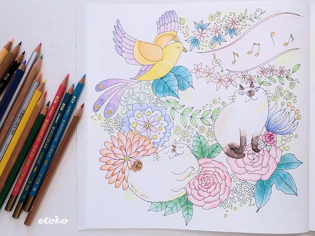 鳥の歌声を聴きながら花をバックにしてきまぐれ猫ちゃんズがくつろいでいる