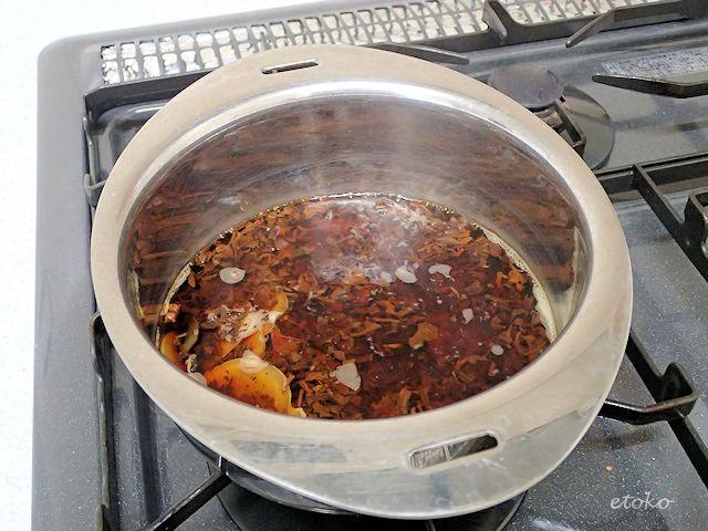小鍋で茶葉とスパイスを煮出している