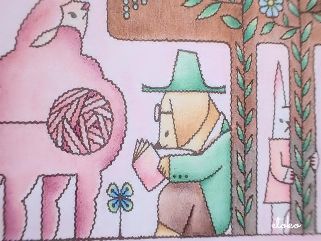 羊と本を読む犬の後ろからじっとこちらをみつめるウサギ