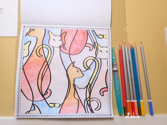 猫が座っている線画を水彩色鉛筆で色付けしたところ