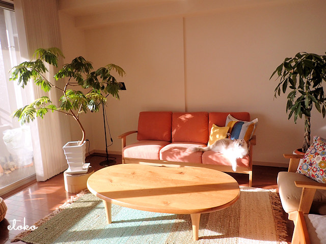 Bothy(ボシー)のソファを中心にした温かい陽の差すリビング