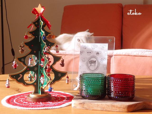 小さな木製クリスマスツリーとクリスマスカラーのカステヘルミのキャンドルホルダー、クラミサヨさん作のポストカード
