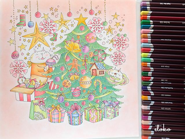 キューちゃんがツリーに飾り付けをしていて、ミンミンはその横でお昼寝中の塗り絵