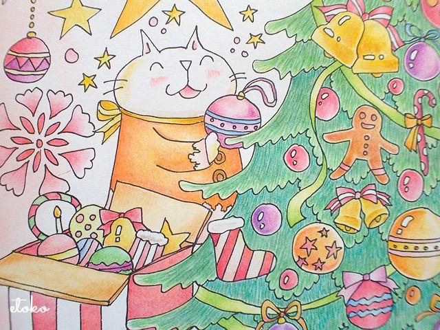 ご機嫌でツリーの飾り付けをする白猫のキューちゃん