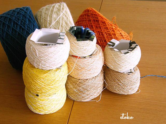 ジュートの糸玉やレース糸の糸玉が積み上げられている