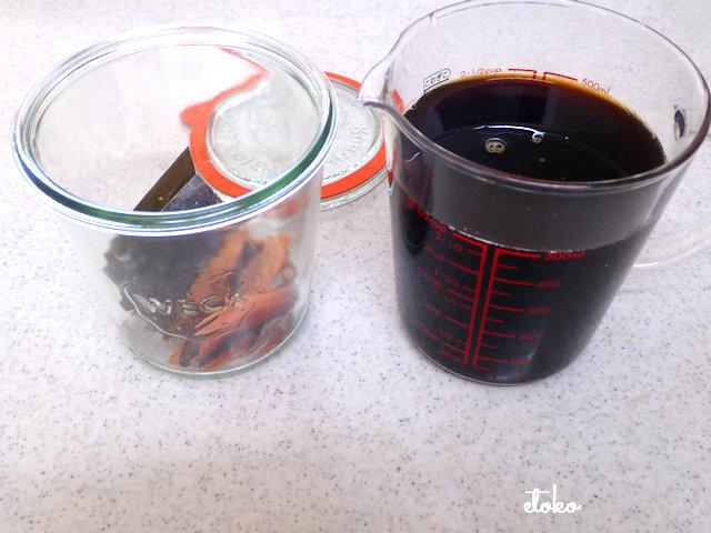 カボス汁と調味料を合わせたものとだしを入れたビンが置かれている