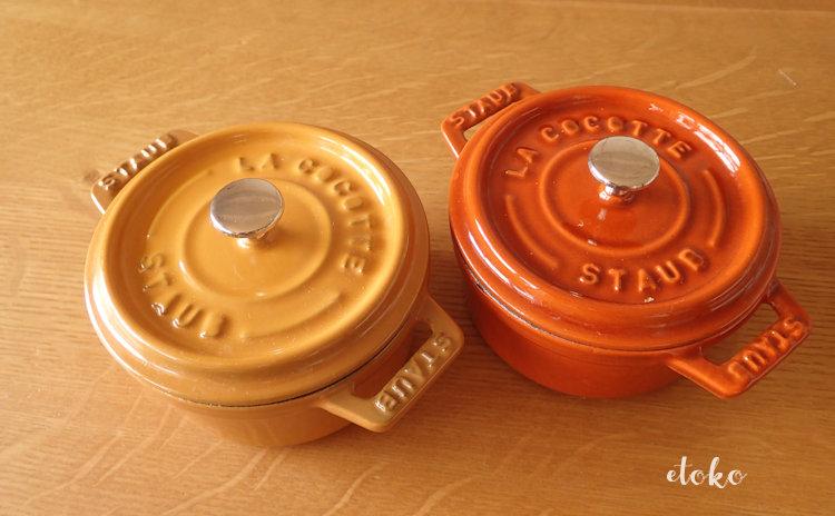 ストウブSTAUBのココットラウンド10cmのマスタードとシナモンのカラーがテーブルにのせられている