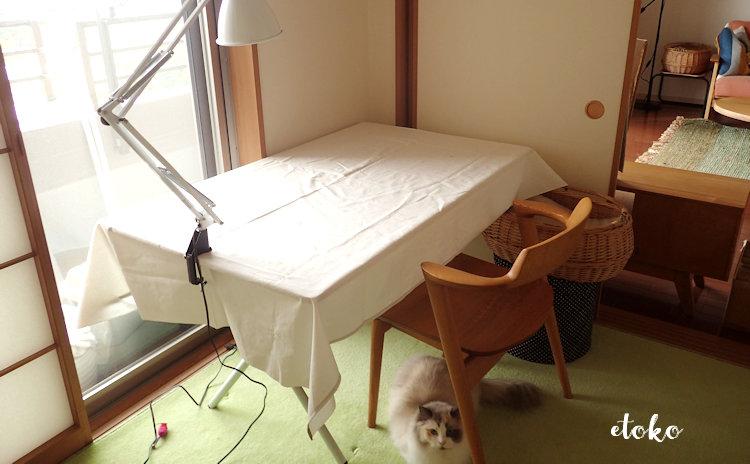 スノーピークのワンアクションテーブルに真っ白いテーブルクロスを敷いて、Zライトを設置したところ