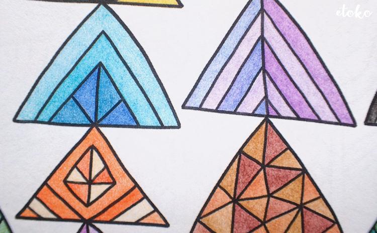 コスミック出版の色鉛筆で混色しながら三角模様を塗っている