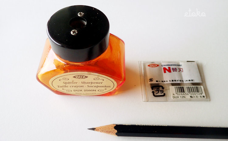 DUXインクボトルシャープナーとN替刃、シャープナーで削ったHB鉛筆