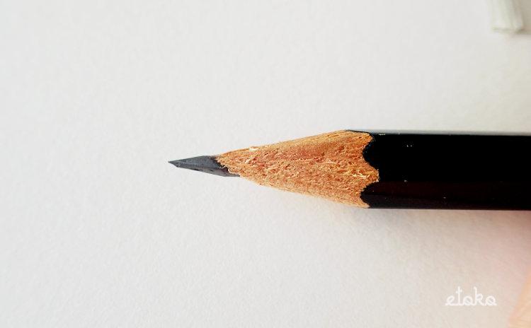 DUXインクボトルシャープナーで削ったHBの鉛筆の芯先