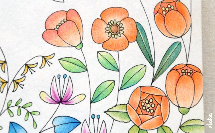 コスミック出版の色鉛筆で花々を塗っている
