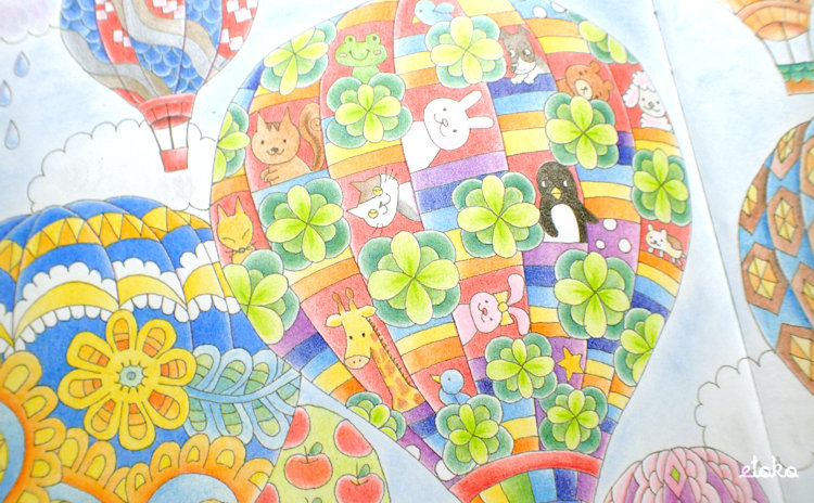 虹色をテーマに動物たちが乗った気球を塗っている