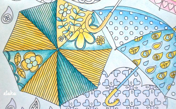 黄色と青緑、青と黄色の水彩色鉛筆で塗られた傘