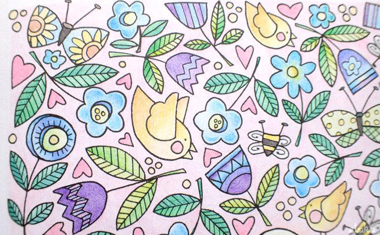 ピンク色の背景に青や紫の花や黄の小鳥が飛んでいる