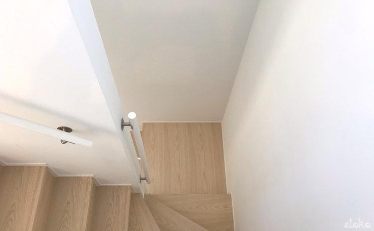 窓の家の階段と手すり