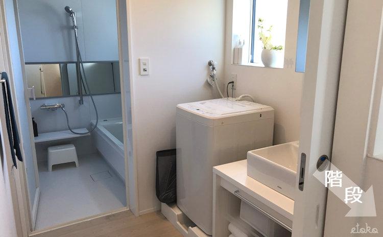 窓の家2階に設置されたバスルームと洗面所