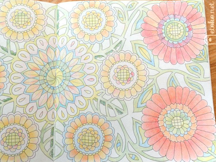 マジックマーブルペンシルで塗られた花の塗り絵の右ページ