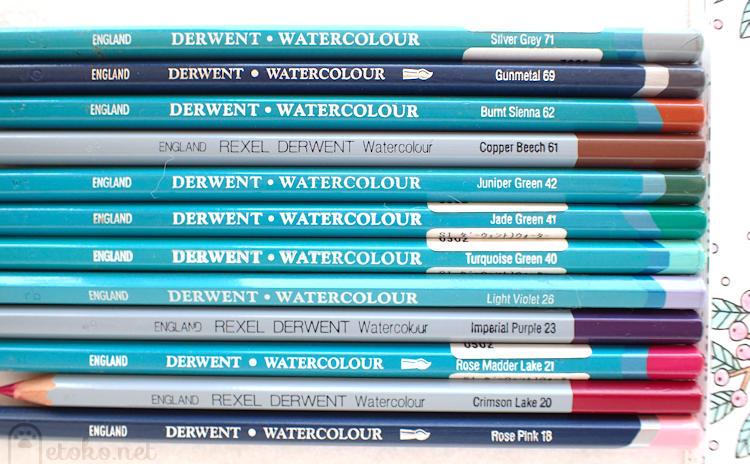 新旧3世代のダーウェントウォーターカラー水彩色鉛筆が並んでいる